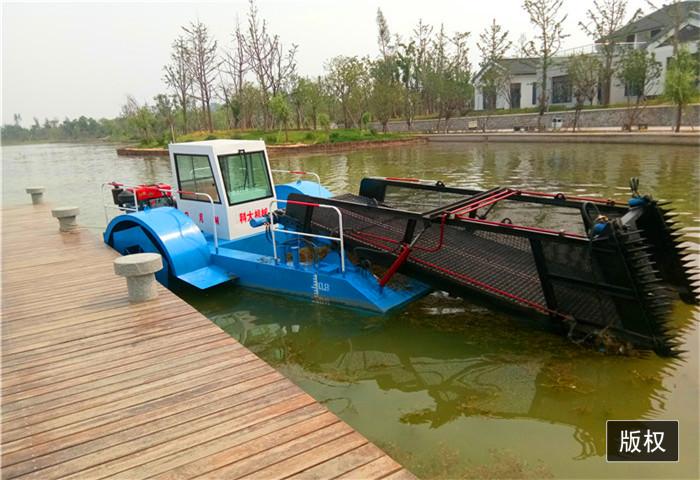 水草收割到船