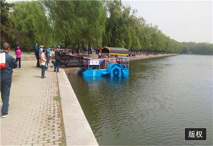 清理河面水葫芦船