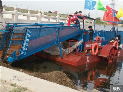 湖面杂草清理船